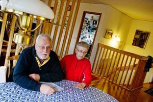 Ove och Ulla Boström är oroliga över vad som ska hända när Oves mamma tvingas lämna demensboendet i hemorten Nälden. Det finns bara tre särskilda boenden hon kan hamna på och samtliga ligger långt från mammans nära och kära.