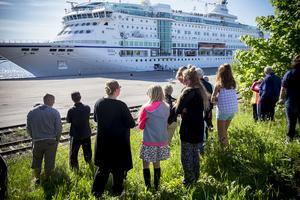 Många Härnösandsbor hade samlats i gröngräset för att få en skymt av det stora fartyget.