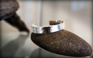 Silverarmband av Anita Jinton.