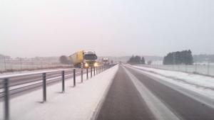 En lastbil med släp körde av vägen på E 18 vid trafikplats Strö mellan Köping och Munktorp vid åttatiden på fredagsmorgonen.