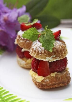 Lägg ner lite tid på din jordgubbsdessert och det blir hur gott och vackert som helst. Smördeg, vaniljkräm och färska jordgubbar trivs utmärkt tillsammans.