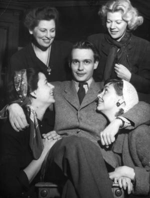 Glad Stig Dagerman omgiven av de glada skådespelarna i hans pjäs