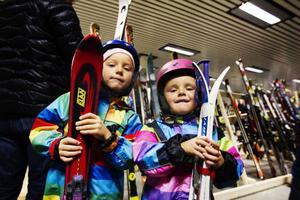 Alina Jonsson och Isis Jonsson har båda fått nya skidor och hjälmar inför vintern.