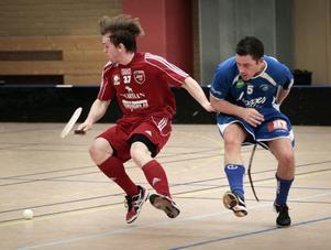 Magnus Hedberg i närkamp med Skellefteås Peter Hartman.