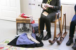 Kläder som Birgitta Berggrens mor haft i skolan och ett par kässjor.