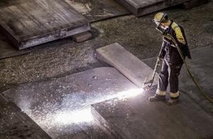 Industrijobb. Debattörerna skriver att en nyckel till att den svenska modellen fungerat väl är att avtalen inom den internationellt konkurrensutsatta industrin blir vägledande för övriga avtalsområden.