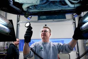 På Opus bilprovning i Härnösand utfördes totalt 20 000 besiktningar under fjolåret, på bilden syns Mats Lundgren.