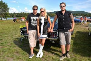 Skönt gäng från Mora bakom en Mustang 68 Fastback: Pontus Krång, Kristina Grundh och Ecke Krång.