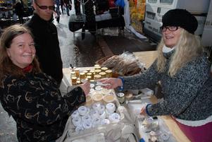 Karin Nylen från Herrö Getgård utanför Sveg i Härjedalen har 71 getter på sin gård som hon mjölkar själv. Av getmjölken blir det äkta och ekologiska getostar samt krämiga dessertostar. Här får Elle Eriksson ett smakprov.