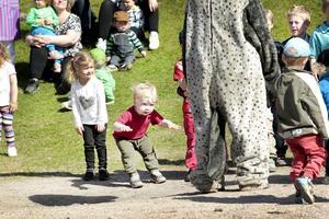 """Theodor Oskarsson, 2 år, rockar loss med Kråkan till Anders """"Kråkan"""" Ågrens sång och musik."""