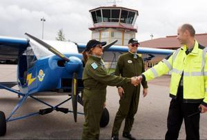 Christina och Ted Hagelborg välkomnas till Sveg av flygplatschefen Per Lingensjö.