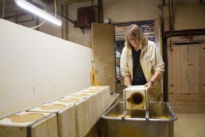 Gina Karlberg arbetar med gjutning och putsning. Formarna för lergods och stengods görs i fabriken i Nittsjö.
