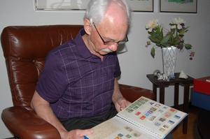 Paul har samlat frimärken i 60 år.