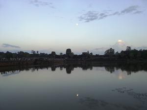 Världens största tempel Angkor Wat i solnedgång. Vattnet är den vallgrav som omsluter templet.
