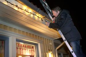 Tommy Wallinder sätter upp sin julbelysning på huset på Alnö. En prydnadsbelysning han tänker bygga på år för år.