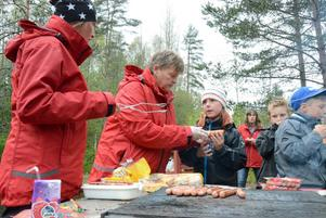 Korvmåltid. En korv klar till Ellen Hammarbäck. Ida Lagerlöf och Kerstin Sköld sköter utspisningen.