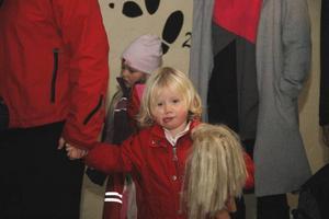 KÄMPIGT. Clara , 3 år, från Hållnäs, hade släpat sig och dockan Molly innanför dörren till Möbeln.