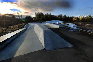 Beslut har tagits i kommunfullmäktige om en utbyggnad av Skateparken, men det enda anbud som kommit in är dubbelt så dyrt mot de 7 miljoner kronor som kommunen kalkylerat med. Därför kommer utbyggnaden nu sannolikt att försenas.