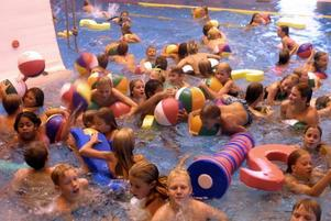 Barnen vill leka i bassängen.