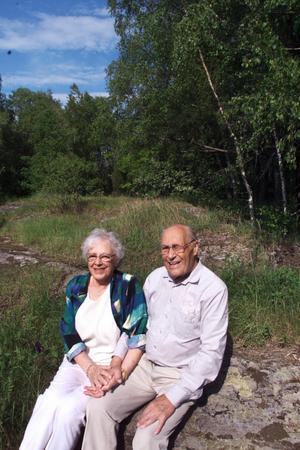 På samma plats. Herbert och Gerda Grip har slagit sig ned på platsen där Herberts föräldrar hade sin stuga vid Notudden. Stugan finns inte längre kvar, men flera av de ståtliga björkarna och stigar som Herbert sprang på i barndomen. (publicerat år 2002).