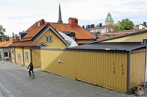 Bakom planket planeras en tillbyggnad i plåt.