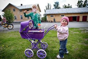 Lukas Nygren, 6, och Silje Hägglund, 1, leker ute på gården                                på Åtegårdens förskola.Foto: Anneli Åsén