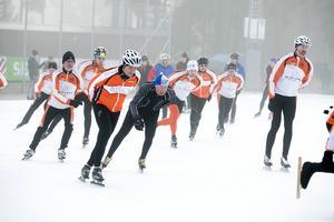 Ett trettiotal, både klubbmedlemmar och nybörjare delade på isen.