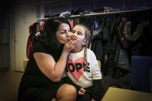 Irada Lundgren kramar om Leyla Jasharli, nio år, och säger att hon älskar