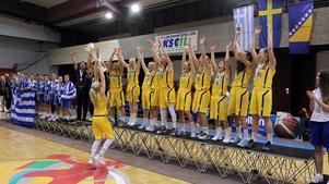 Här lyfter Linnea Nilsson pokalen framför sina jublande lagkamrater efter finalsegern mot Grekland.