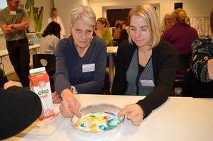 Ingela Candell, dagbarnvårdare, och Anna Johansson, barnskötare på Kyrkbackens förskola, provade att färga mjölk.