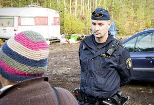 I Sätra får EU-migranterna inte bo kvar. Tobias Hansson ledde polisens insats.