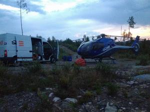 Helikopter sattes under natten in för att bekämpa den brand nordost om Rätan, i Bergs kommun, som på söndagen åter blossat upp.