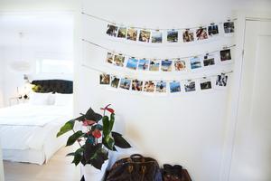 I hallen finns den här fotoväggen med semesterbilder.