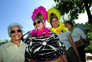 Färggranna damer i centrum. De här vackra utsmyckningarna används på stora högtidsfester på Fillippinerna. Från vänster ser vi nationaldagsfirare Conchita Manalansan, Nenita Johansson, Annie Hylander och Juliet Metz.