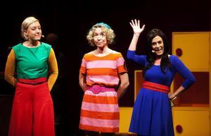 Stina Samson, Sofia Andersson och Gisela Nilsson som deckardrottningarna Liza Marklund, Åsa Larsson och Camilla Läckberg - trion som vet att brott lönar sig.