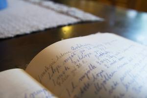 Förr hade ofta byarna sin egen ostkaka. I sina ägor har Malin bland annat ett gamalt recept på ostkaka från Växbo.