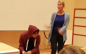 Skådespelarna Ebba Trulsson och Dejmis Rustom spelade en pjäs om unga och självmord. Foto: Sylvia Kjellberg