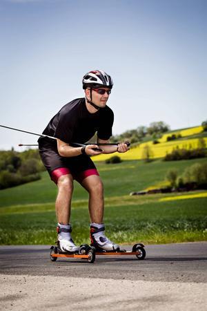 Allt fler motionärer ger sig på rullskidåkning. Ökningen märks både på butikernas försäljningssiffror och på skadestatistiken. Foto: Shutterstock