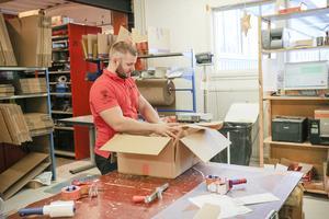 Erik Karlsson gör i ordning en paketorder, Uppskattningsvis tar det ett år att lära sig att paketera rätt.