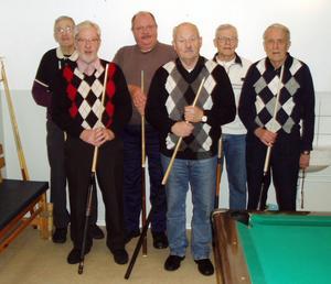 Skönsbergs biljardveterander ses här stående från vänster: Åke Westrin, Kjell Andersson, Alf Rådström, Bo Thenqvist, Lennart Östlund och Tord Ödlund.