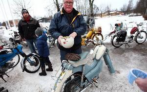 Bo Eriksson har precis kommit med sin Kreidler Amazone, årsmodell 1957. Han berättar att det är mycket halt på småvägarna.