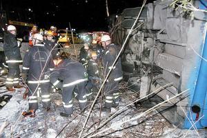 Räddningsarbetet tog ungefär två timmar. Bussen pallades och lyftes försiktigt med luftkuddar på väl utvalda ställen. Foto: Torgny Narfström/arkiv