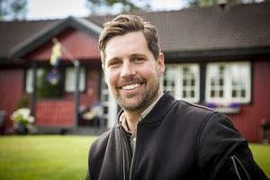 Niklas Ohlson, destinationschef för Destination Sveg utanför föräldrahemmet i Äggen.