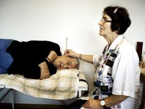 Testperson. Föreläsaren Gertrud Rullander gav Sigrid Englund möjlighet att prova på att använda öronljus.bild: privat