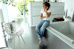 Badkar i sovrummet och stolen som Camilla fick av Björn.