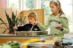 Invigningsdagen bjöd på lite lyxigare mat. Potatisgratäng och kycklingklubbor. Oliver Hedborg och Angelique Eriksson lät sig väl smaka.