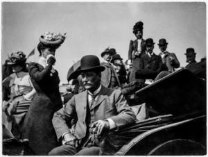 Anders Zorn var ofta på resande fot och fotograferade mycket under sina resor. Här syns publik på hästkapplöpning i England.    Anders Zorn