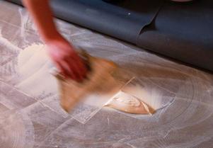 Det krävs ordentligt med lim för att sätta golvmatta och tapet.