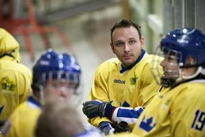 Härnösandsbon Marcus Holm gjorde ett av Sveriges två mål när OS-kvalet i kälkhockey inleddes i Turin.