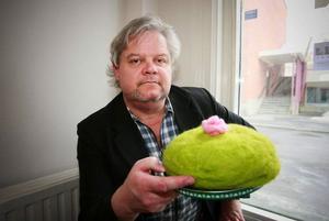 Färgfabriken Norr firar ettårsjubileum med 30 000 besökare och pressansvarige Lars Bolin mumsar symboliskt på en tygtårta av konstnären Elin Forssell som han ställer ut från och med helgen.